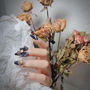 尖形磨砂钻饰蝴蝶美甲图片