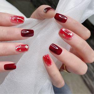 酒红色晕染显白新年短指甲美甲图片